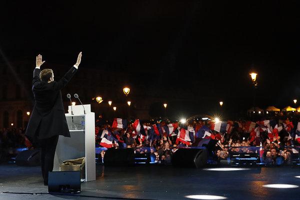 Emmanuel Macron ďakuje voličom pred parížskym Louvrom.