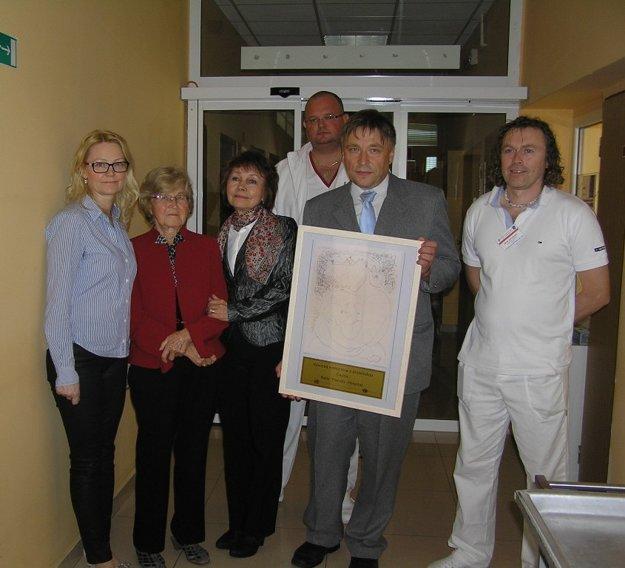K certifikácii pracoviska pod vedením primárky neonatologického oddelenia Jany Bartošovej  došlo 18. júna 2014. Certifikát im odovzdali v septembri 2014. V strede riaditeľ Kysuckej nemocnice Martin Šenfeld.