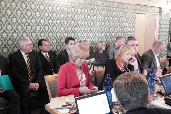 Kandidáti (v pozadí) merali cestu do Púchova zbytočne. Voľba sa nekonala.