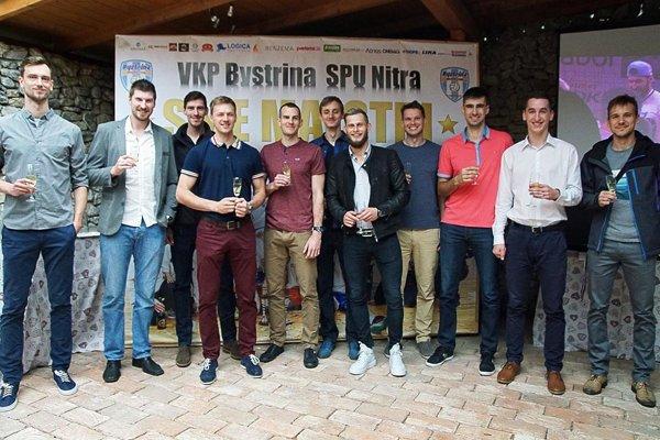 Zlatí chlapci na klubovej oslave - zľava Horník, Kašper, Rehák, Malina, Zaťko, Mečiar, Turis, Hollý, Ludha, Százvai a Kubš. Chýba Grut.
