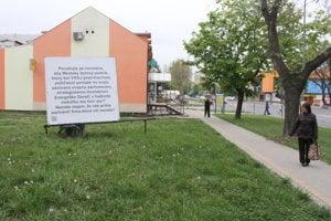 Billboard stojí pri frekventovanej križovatke v Seredi.