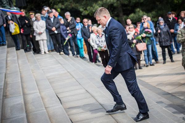 Premiér SR Robert Fico počas pietneho aktu pri príležitosti 72. výročia Dňa víťazstva nad fašizmom pri pamätníku na Slavíne.