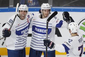 Francúzsky hokejista Yohann Auvitu (uprostred) sa teší po góle so spoluhráčmi Laurentom Meunierom (vľavo) a Jordannom Perretom.