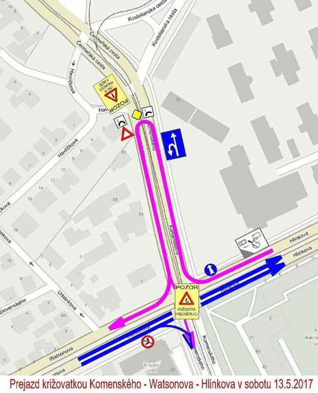 Križovatka v sobotu. Fialová čiara - prejazd cez Komenského v smere Hlinkova - Watsonova, modrá čiara - prejazd v smere Watsonova - Hlinkova.