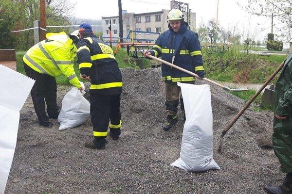 V pohotovosti boli idobrovoľní hasiči zo Slovian.