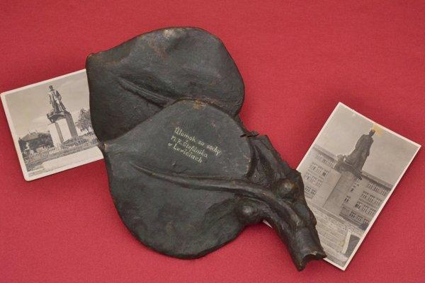 Úlomok sochy M. R. Štefánika, ktorá stála na levickom námestí.