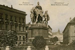 Socha Márie Terézie dominovala Korunovačnému námestiu od roku 1897. V roku 1921 ju zničili českí legionári.