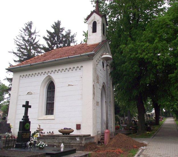 Kaplnka na mestskom cintoríne patrí katolíckej cirkvi. Už niekoľko rokov ju využívajú pravoslávni.
