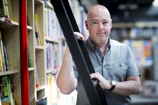 John Boyne (1971) je írsky spisovateľ. Napísal päť kníh pre deti a desať pre dospelých. Jeho najväčším hitom bola novela Chlapec v pruhovanom pyžame z roku 2006. Bola aj sfilmovaná.