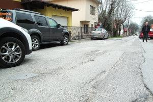 Cesta okolo gymnázia je poškodená.