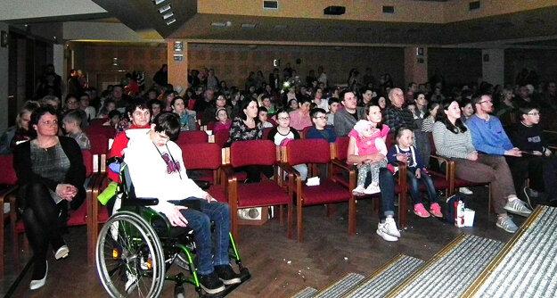 Na koncert Z lásky kdeťom prišlo veľa ľudí.