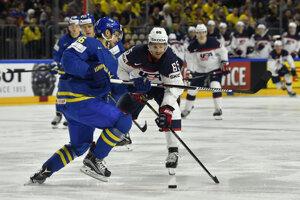 Švédsky hokejista Marcus Kruger pri obrannom zákroku v zápase proti USA.
