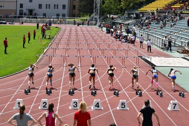 Štart behu na 100 metrov cez prekážky na českej extralige v Prahe.