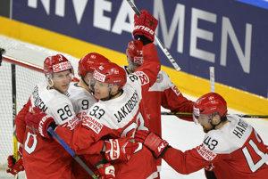 Hokejisti Dánska sa tešia po góle Nichlasa Hardta do siete Talianska.