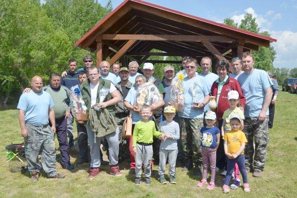 Účastníci rybárskych pretekov.