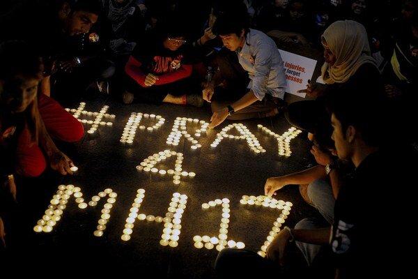 V Malajzii zapálili za obete sviečky.