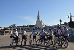 Biskup Viliam Judák (štvrtý zľava) na jednej z cyklistických túr do zahraničia.