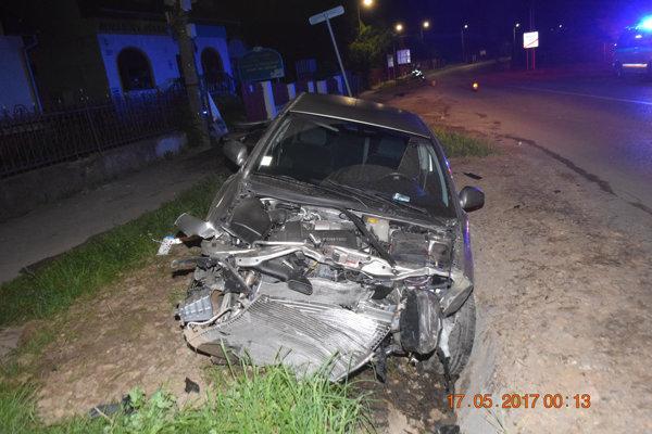 Vodič Opla Vectra (na snímke) nabúral v obci Valaliky.
