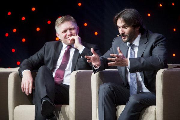 Premiér Robert Fico chce dávať ministrovi vnútra Robertovi Kalinákovi kyticu.