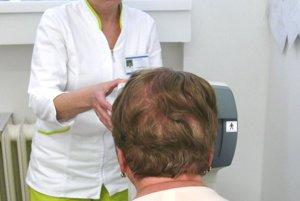 Ľuba Valková pri meraní zraku pacientky.