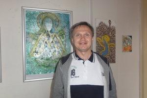 František Tóth s obrazom Sedembolestnej Panny Márie - mozaikou tváre a symbolov v tyrkysovo-zelenej farbe s trblietkami.