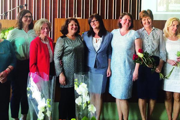Sprava Katarína Farbiaková, Elena Malatincová, prezidentka komory Jarmila Olšiaková, Zuzana Bukovcová, Anna Badinková (dve ďalšie ocenené sestry) a prvá zľava Jana Lalíková.