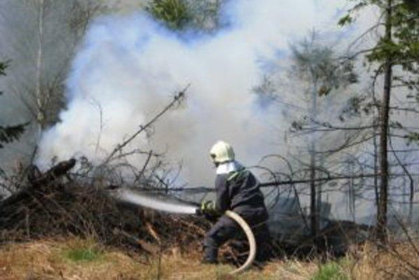 Požiar je v ťažko dostupnom teréne.