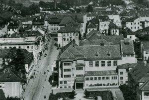 Rok 1938 - pohľad na novovzniknutú Národnú ulicu s dominantou - Národným domom v popredí