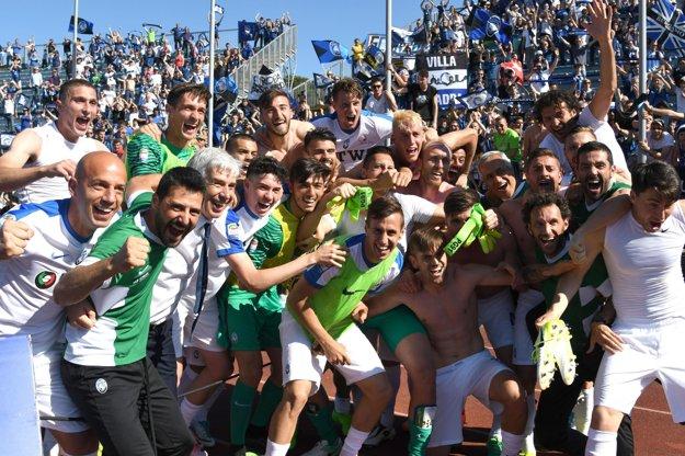 Futbalisti Atalanty oslavujú kvalifikovanie sa do Európskej ligy.