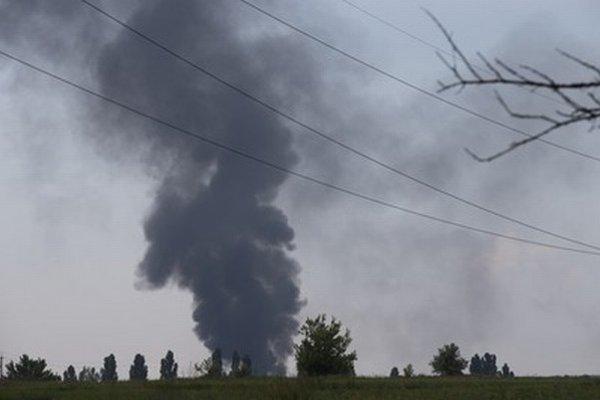Čierny dym stúpa z miesta, kde spadla ukrajinská armádna helikoptéra.