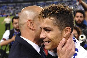 Cristiano Ronaldo v objatí s trénerom Zinedinom Zidanom.