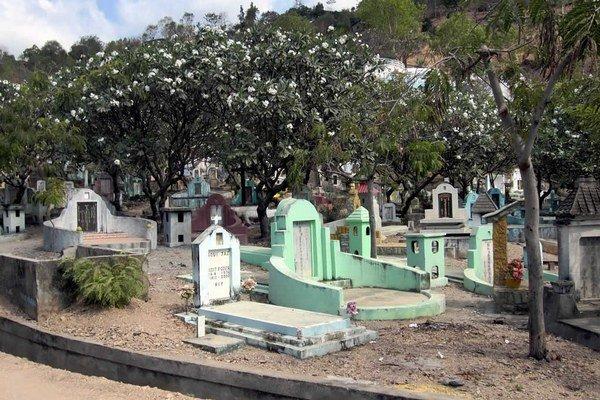Tradičné cintoríny vraj zaberajú priveľa cenného miesta. Urny s popolom menej.