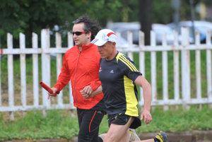 Nevidiaci bežec MIlan Križovenský (vľavo) so sprievodcom Petrom Andraščíkom.