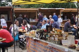 Takto si ľudia  pochutnávali v trhovom mestečku Svätourbanských zoborských slávností vlani.