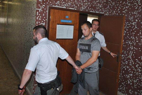 Tomáš s eskortou. Odvádza ho do výkonu trestu.