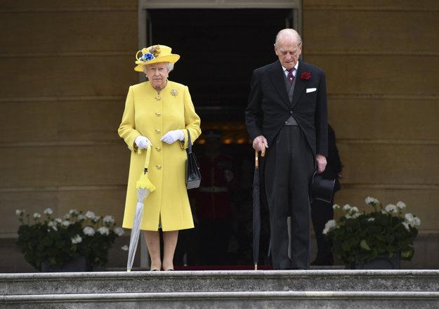 Kráľovná Alžbeta a princ Filip počas minúty ticha.