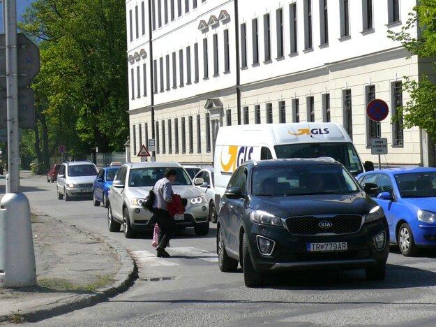 """Priechod pre chodcov na Bernolákovej ulici je """"nalepený"""" na križovatke, nie raz sa stane, že chodci musia prechádzať na druhú stranu pomedzi autá."""