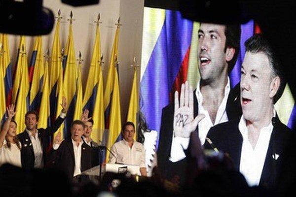 Juan Manuel Santos (na obrazovke v pravo).