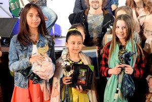 Na snímke vľavo Viktória Parčiová z Myjavy, ktorá obsadila tretie miesto. Uprostred víťazka súťaže 9-ročná Natália Lettrichová z Budiša. Vpravo Emma Mária Bujňáková z Horných Rakoviec, ktorá si vyspievala druhé miesto.