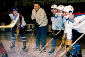 Michal Polóni medzi hokejovými nádejami.