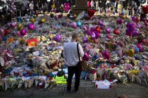 Ľudia stále nosia kvety na počesť obetí pondelňajšieho útoku.