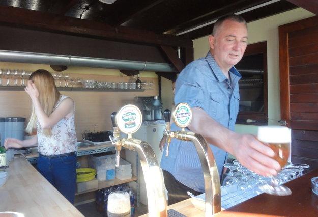 Pivo hosťom čapoval sám majiteľ Martin Štěpánek.