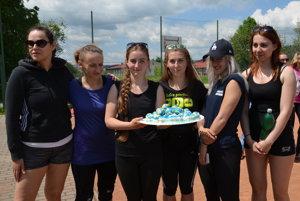 Ladies si vychnutnali víťaznú tortu.