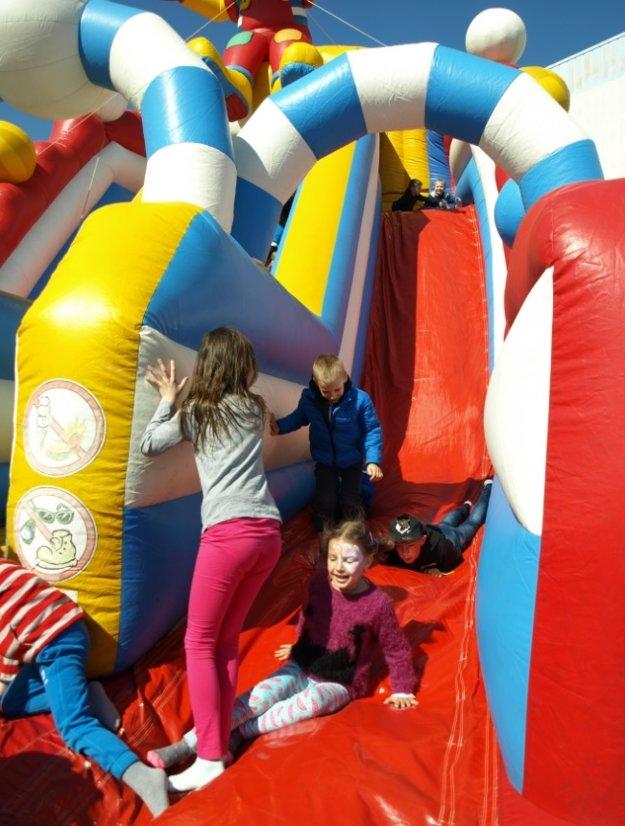 Obrovská nafukovacia šmýkačka so šašom a detská radosť v tvárach
