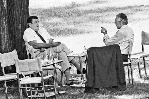Vladimír Mečiar a Václav Klaus sa dohadujú na rozdelení Československa.