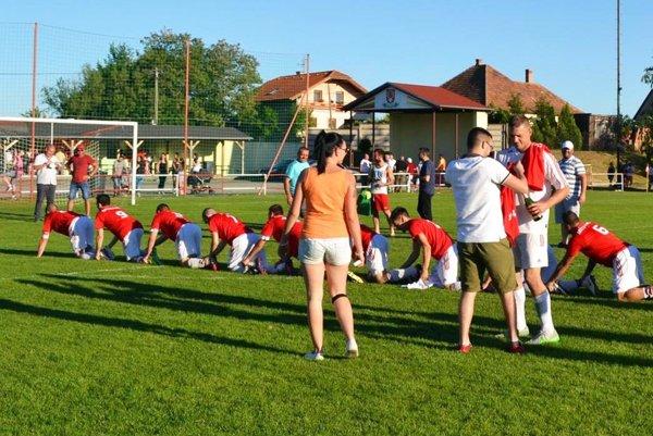 Futbalisti Nového Života v nedeľu na domácej pôde spečatili víťazstvo v súťaži a užívali si majstrovské oslavy.