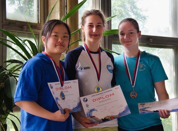 Zľava Ting Ting Chen (Žralok Bratislava), Anikó Bertók a Adela Augustínová (obe Barakuda Šaľa).