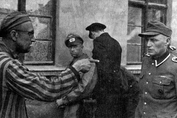 Väzeň z koncentračného tábora identifikuje svojho dozorcu.