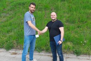 Vladimír Katona (vľavo) a generálny manažér klubu Marián Palenčar po podpise zmluvy.