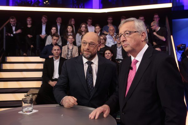 Martin Schulz (vľavo) a Jean–Claude Juncker v televíznom štúdiu nemeckej televízie ZDF.
